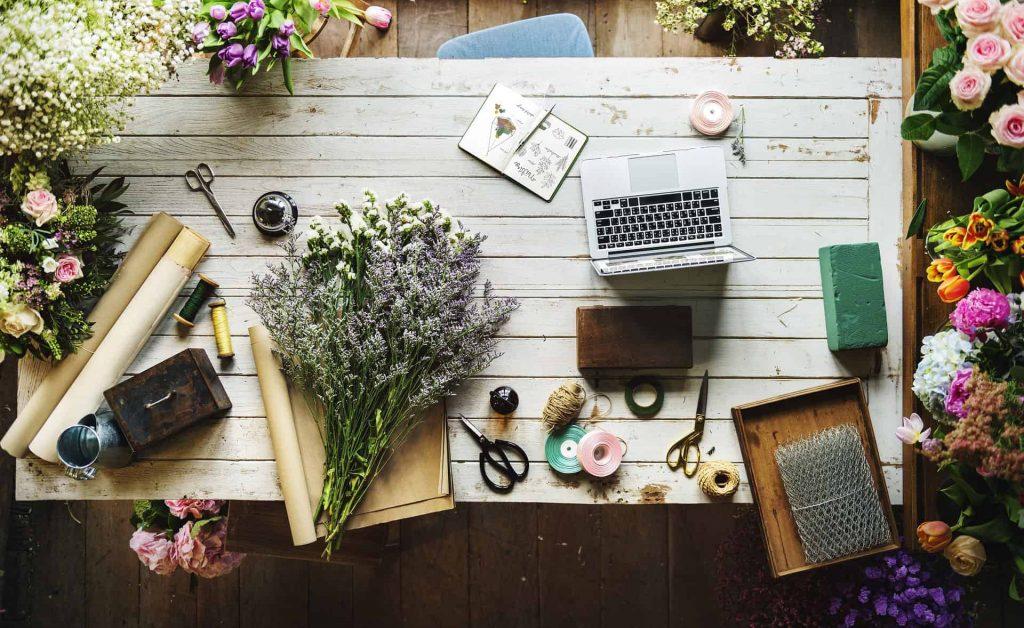 floral-desk-apple-laptop-buisness-evolved